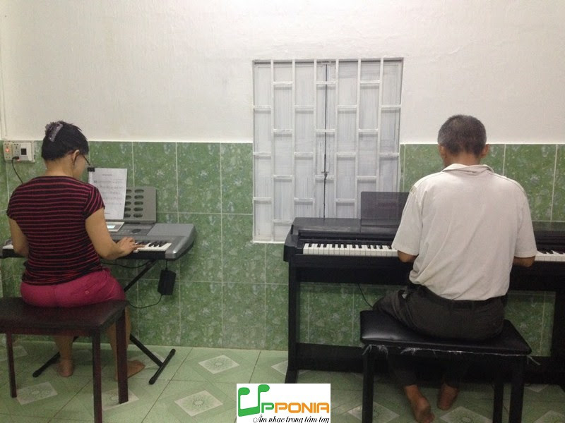 Anh Minh trong một giờ học piano ở Upponia