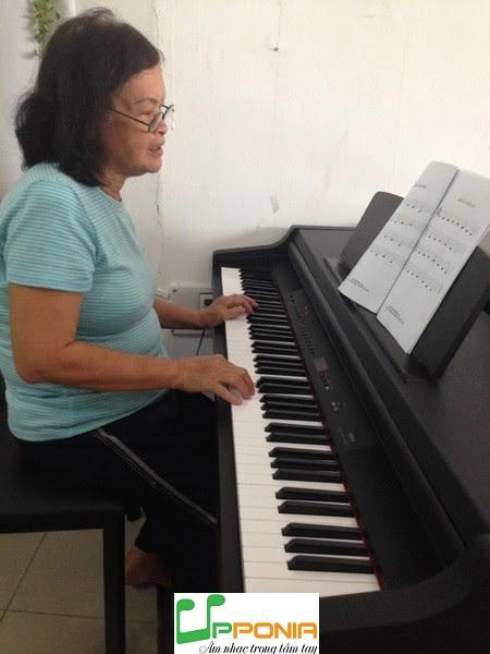 Bà nội Thảo trong lớp piano dành cho người lớn ở Upponia