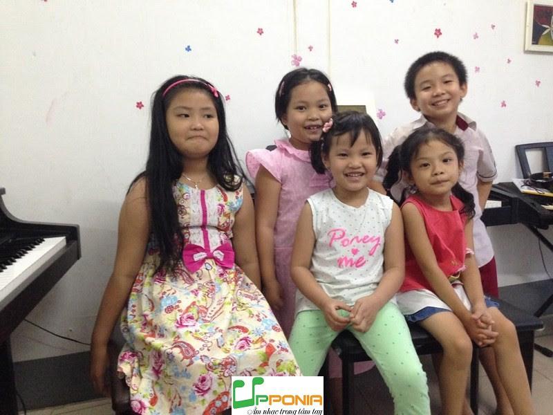 Lớp piano trẻ em thủ đức - Bảo Hân cùng các bạn ở lớp học piano của Upponia