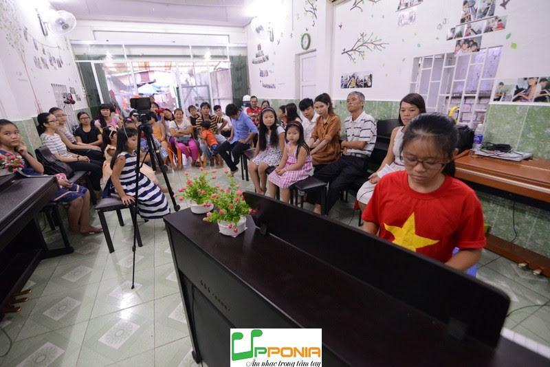 Bích Hà Trong Buổi Biểu Diến Âm Nhạc Tại Upponia Tháng 6/2016