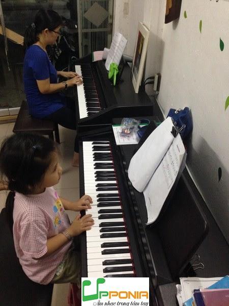 Chị Anh Thư và con gái Quỳnh Lam trong một giờ học