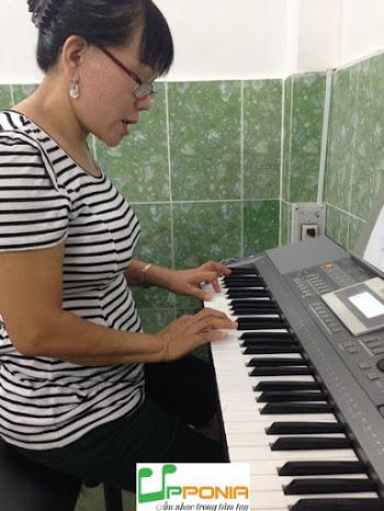 Chị Yến Say Mê Luyện Organ