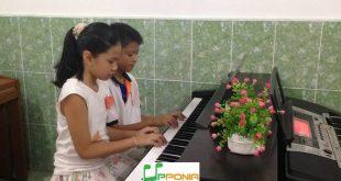 Minh Anh biểu diễn hòa tấu chung với bạn tại TT Âm Nhạc Upponia