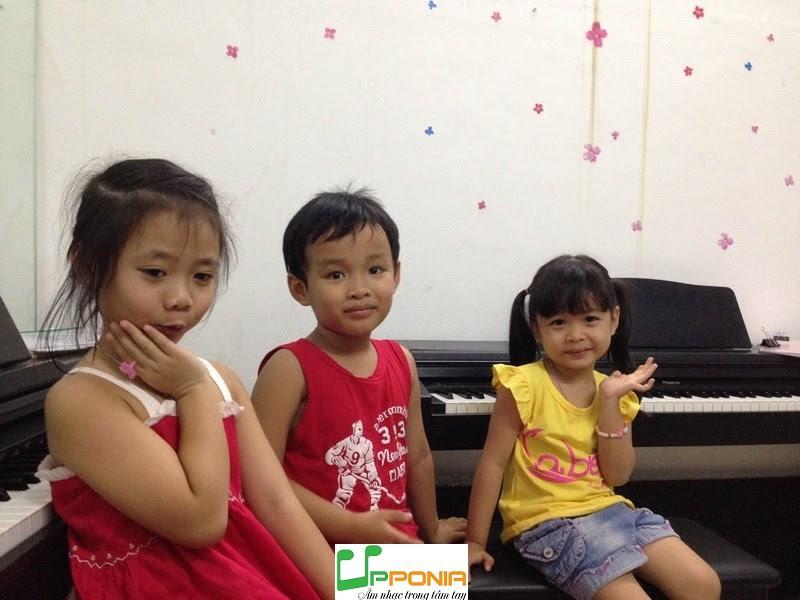 Thảo Vy cùng bạn học piano