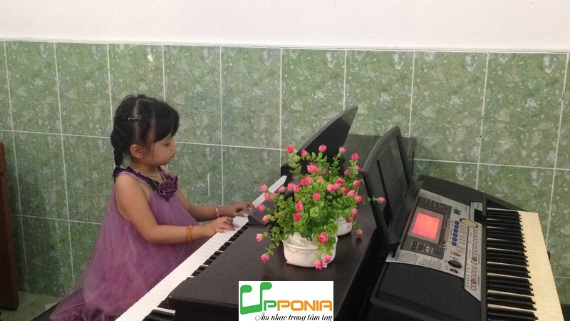 Thảo Vy trong buổi biểu diễn piano dành cho trẻ em