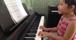 Thùy Trang trong giờ học piano dành cho bé ở Thủ Đức