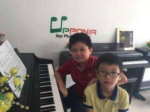 Hai anh em Khôi và Khang cùng học đàn tại Upponia