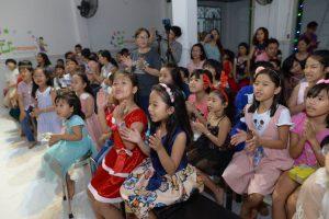 Các bé tham gia hoạt náo trong buổi biểu diễn
