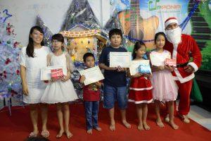 Cô Thọ và Ông già Noel cung nhau trao giấy chứng nhận và quà cho các bé